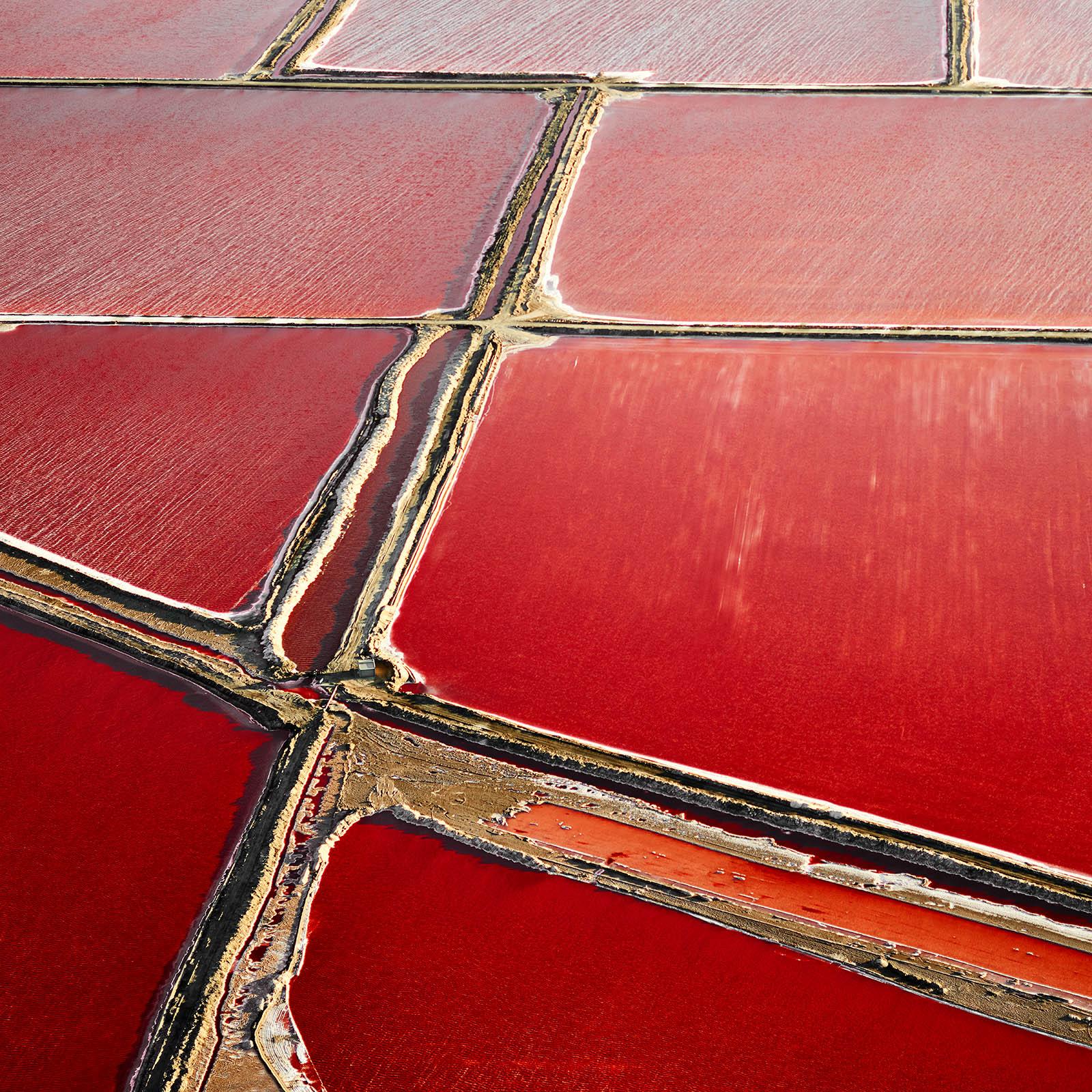 """""""Reddish"""" Salzlandschaft aus der Vogelperspektive, das Salz Gebiet zeigt sich in wunderbares Farben von dunklem Rot bis hell Rosa"""